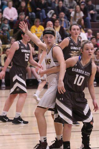 Girls basketball defeats Garden City Buffalos
