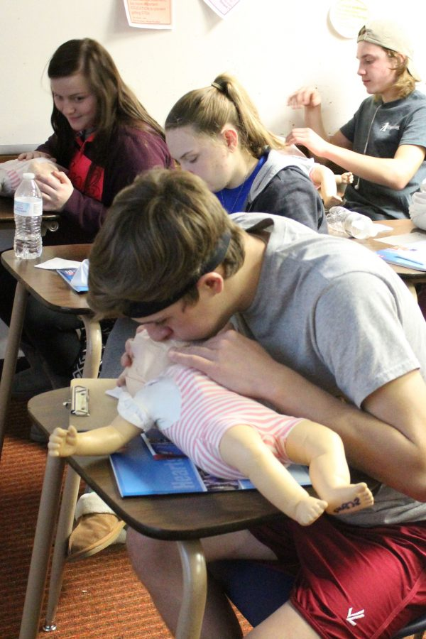 Students+in+Rick+Keltner%27s+G3+Advanced+Health+class+practice+giving+CPR.+These+are+some+of+the+students+who+will+become+certified.